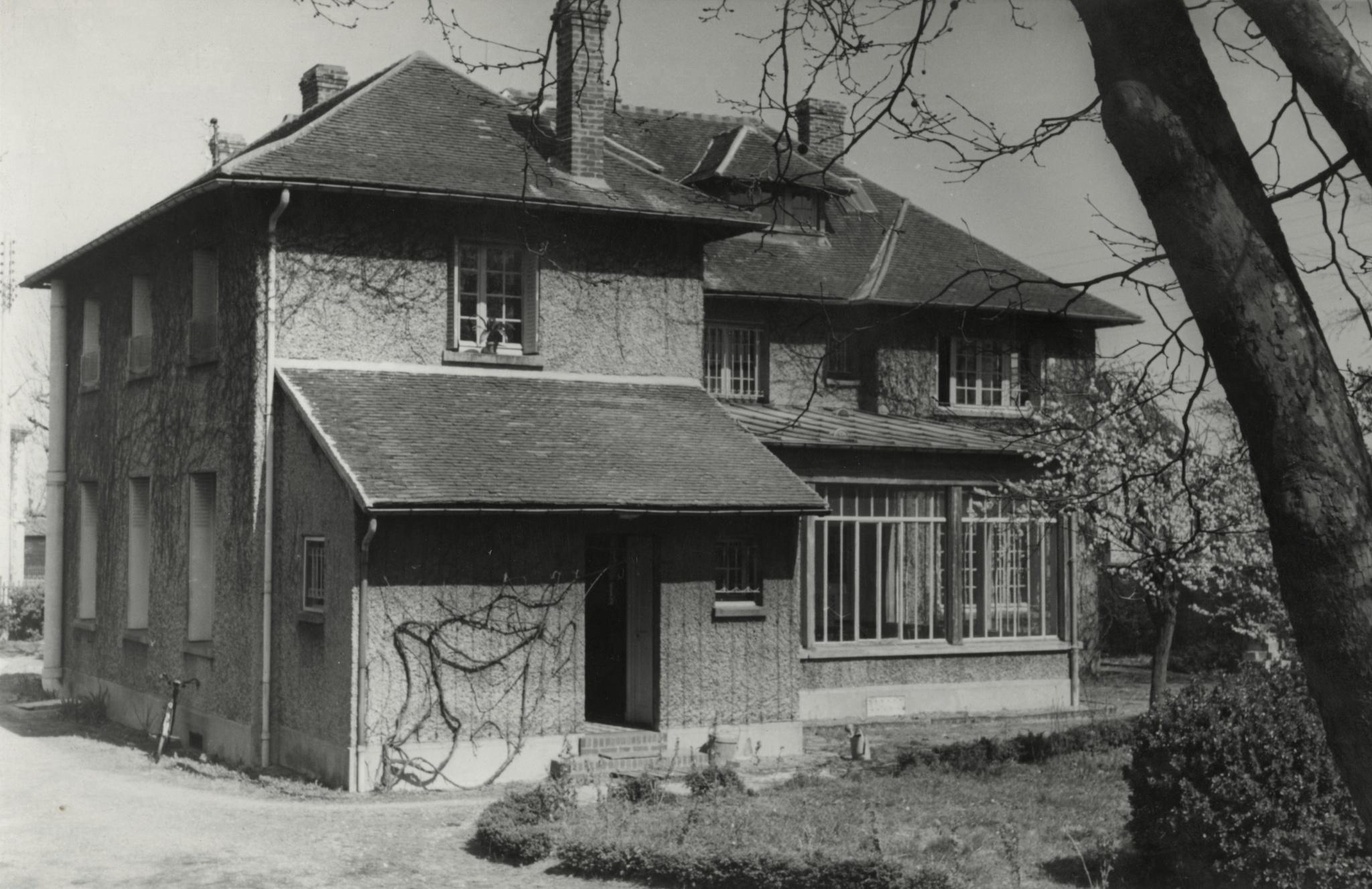 <div class='inner-box'><div class='close-desc'></div>  <span class='opis'>Dom Kultury od strony południowej. Maisons-Laffitte, 1955.</span>   </div>