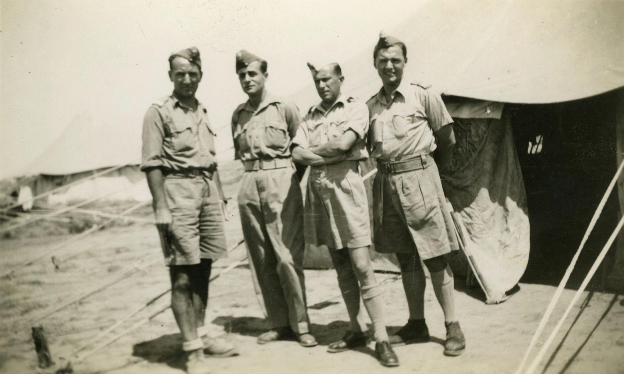 <div class='inner-box'><div class='close-desc'></div><span class='opis'>Jerzy Giedroyc (drugi od lewej) wśród żołnierzy Brygady Karpackiej, Libia, 1941-1942.</span><div class='clearfix'></div><span>Archive ref. FIL00075</span><div class='clearfix'></div><span>© Instytut Literacki</span></div>