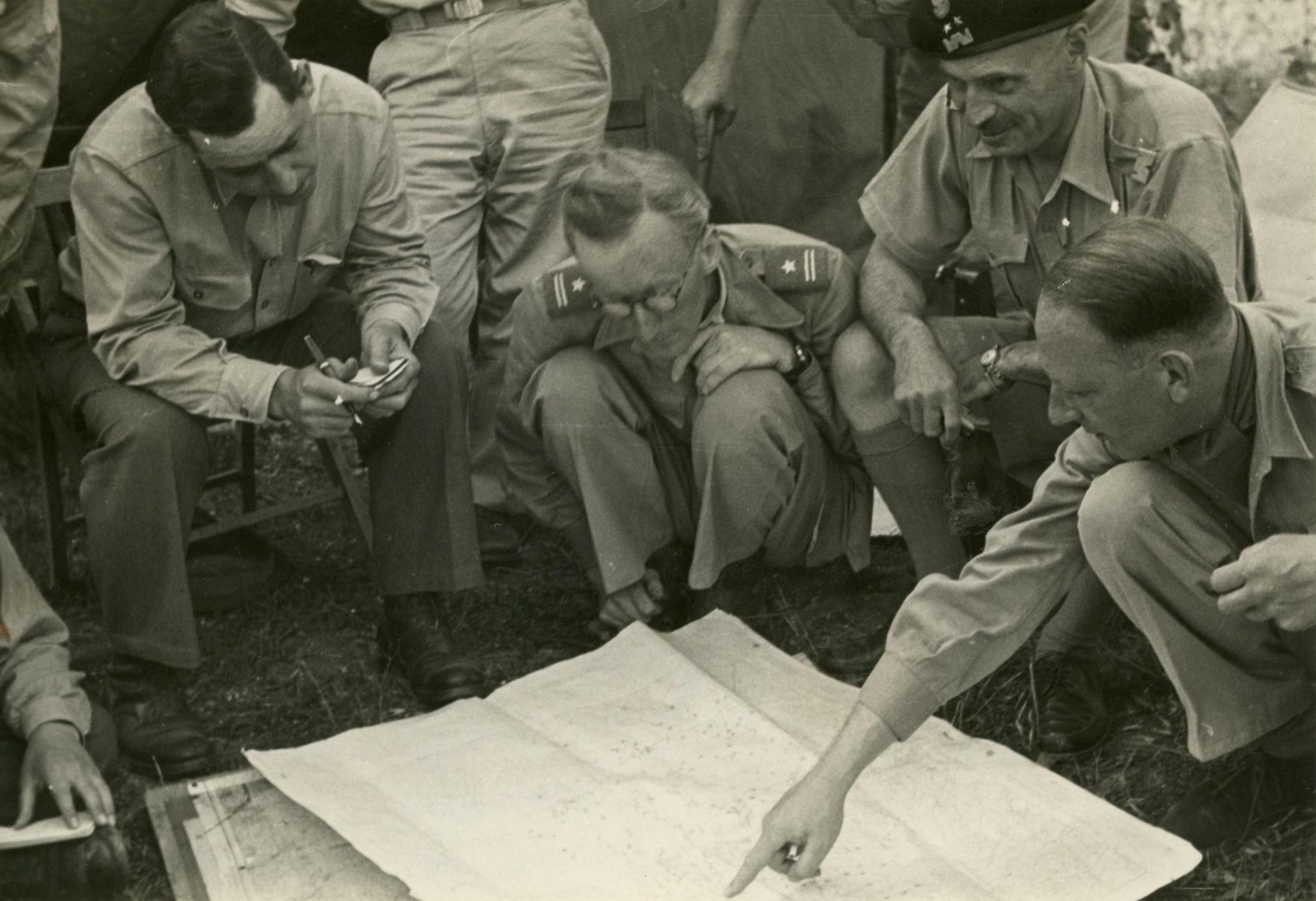 """<div class='inner-box'><div class='close-desc'></div>  <span class='opis'>Józef Czapski (kuca), obok generał Władysław Anders (w berecie) i Eugeniusz Lubomirski (pierwszy z prawej). Na odwrocie zdjęcia napis: """"Wywiad dla Anglików"""". Monte Cassino 1944</span>   </div>"""