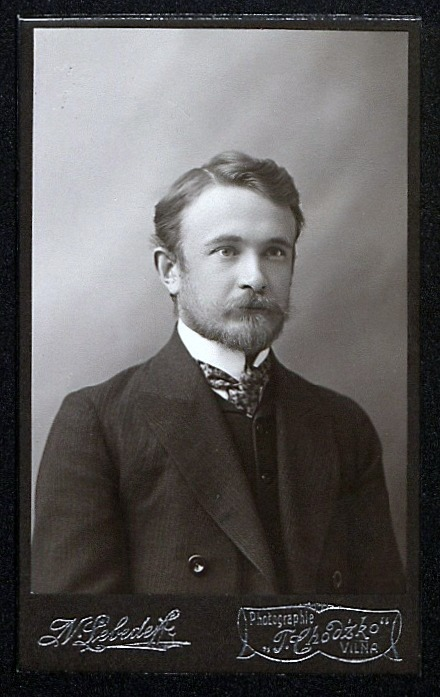 <div class='inner-box'><div class='close-desc'></div><span class='opis'>Stanisław Kościałkowski. Pocz. XX w.</span><div class='clearfix'></div><span>Sygn. sm00331</span><div class='clearfix'></div><span>© Instytut Literacki</span></div>