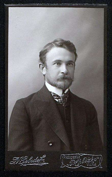 <div class='inner-box'><div class='close-desc'></div><span class='opis'>Stanisław Kościałkowski. Pocz. XX w.</span><div class='clearfix'></div><span>Шифр  sm00331</span><div class='clearfix'></div><span>© Instytut Literacki</span></div>