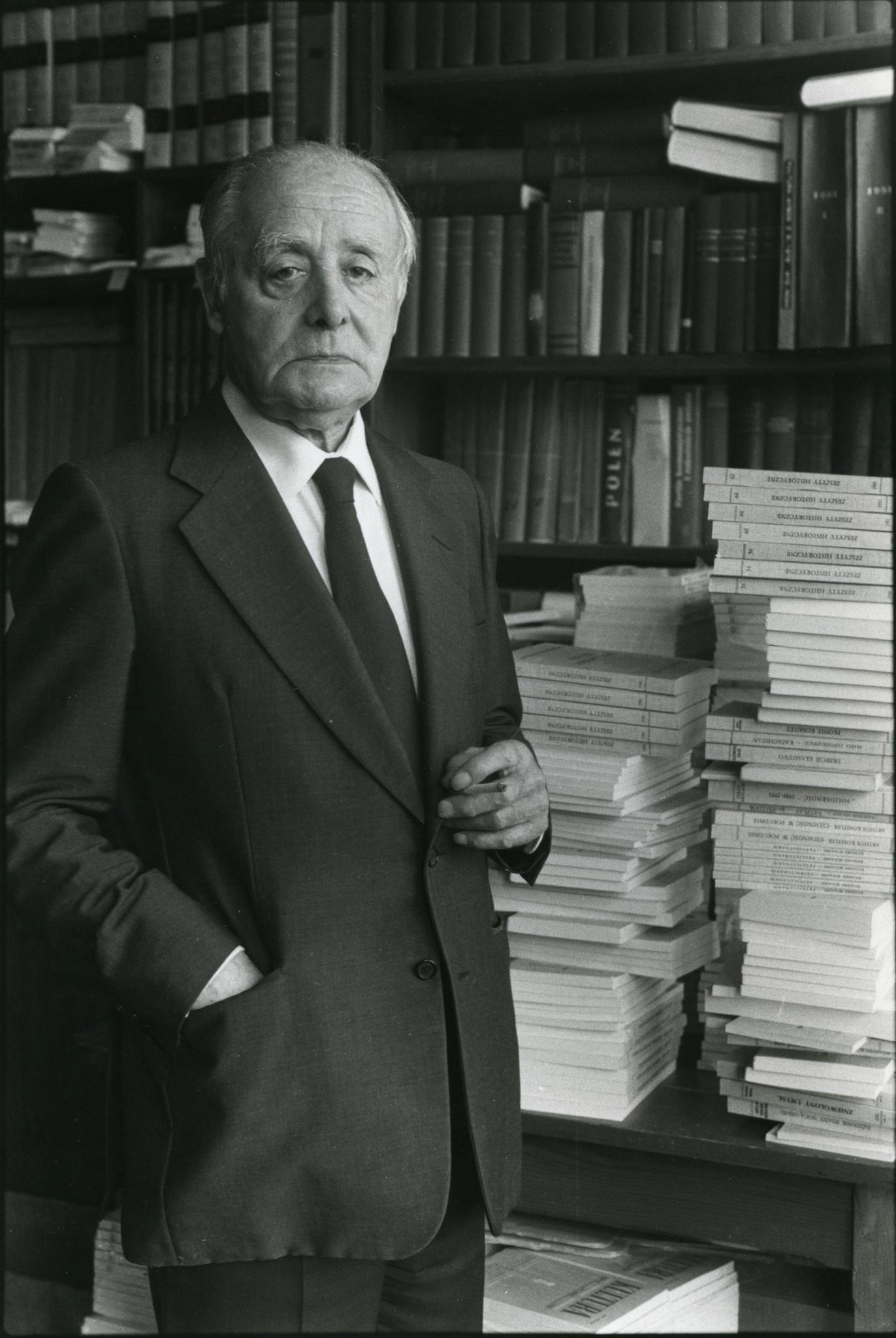 <div class='inner-box'><div class='close-desc'></div>  <span class='opis'>Jerzy Giedroyc na tle wydawnictw Instytutu Literackiego. Maisons-Laffitte, 1986.</span>  <div class='clearfix'></div><div class='clearfix'></div><span class='autor'>fot. Bolesław Edelhajt</span>  </div>