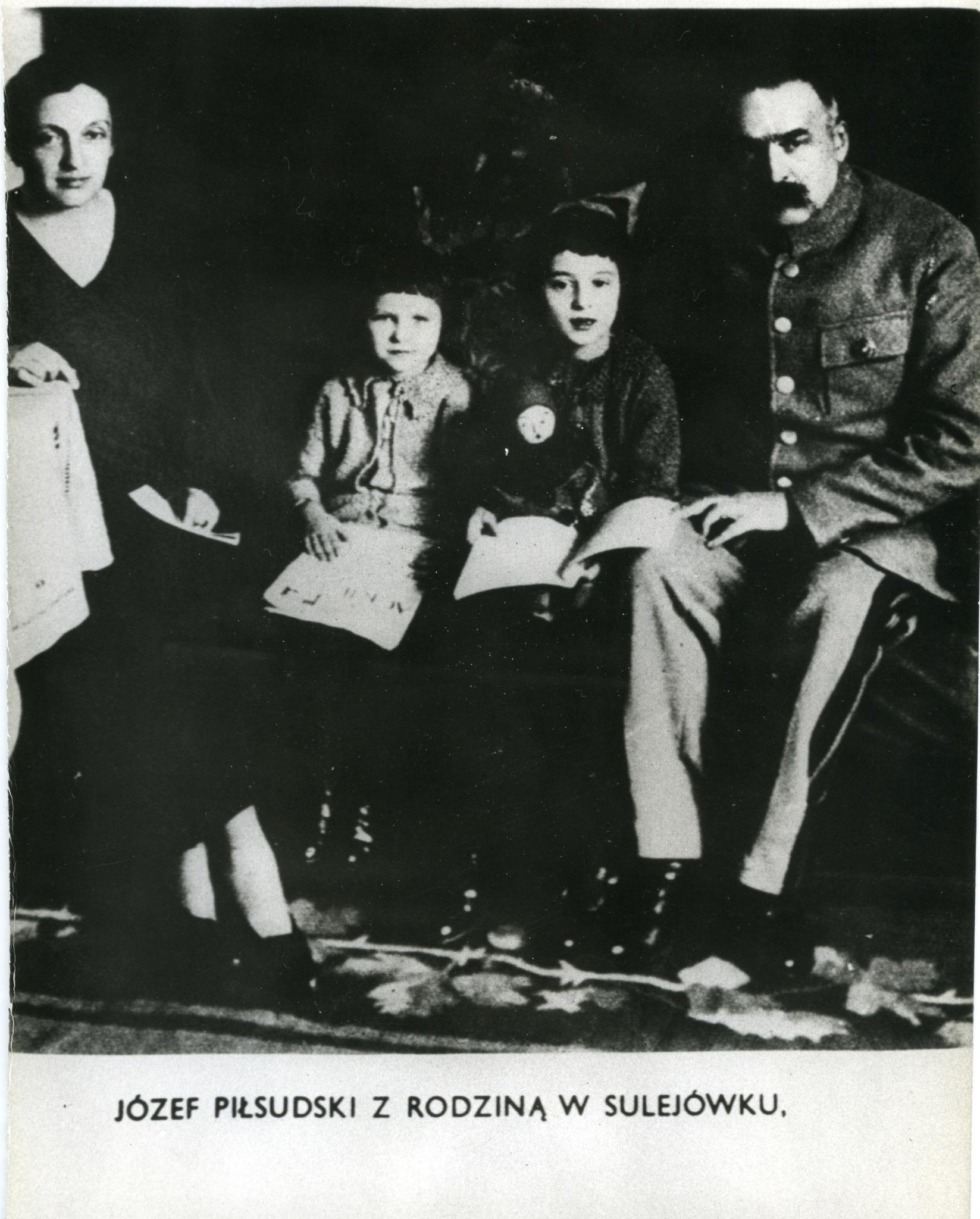 <div class='inner-box'><div class='close-desc'></div><span class='opis'>Józef Piłsudski z rodziną w Sulejówku. Widoczne: żona Aleksandra i córki Jadwiga oraz Wanda.</span><div class='clearfix'></div><span>Cote du document FIL03175</span><div class='clearfix'></div><span>© Instytut Literacki</span></div>