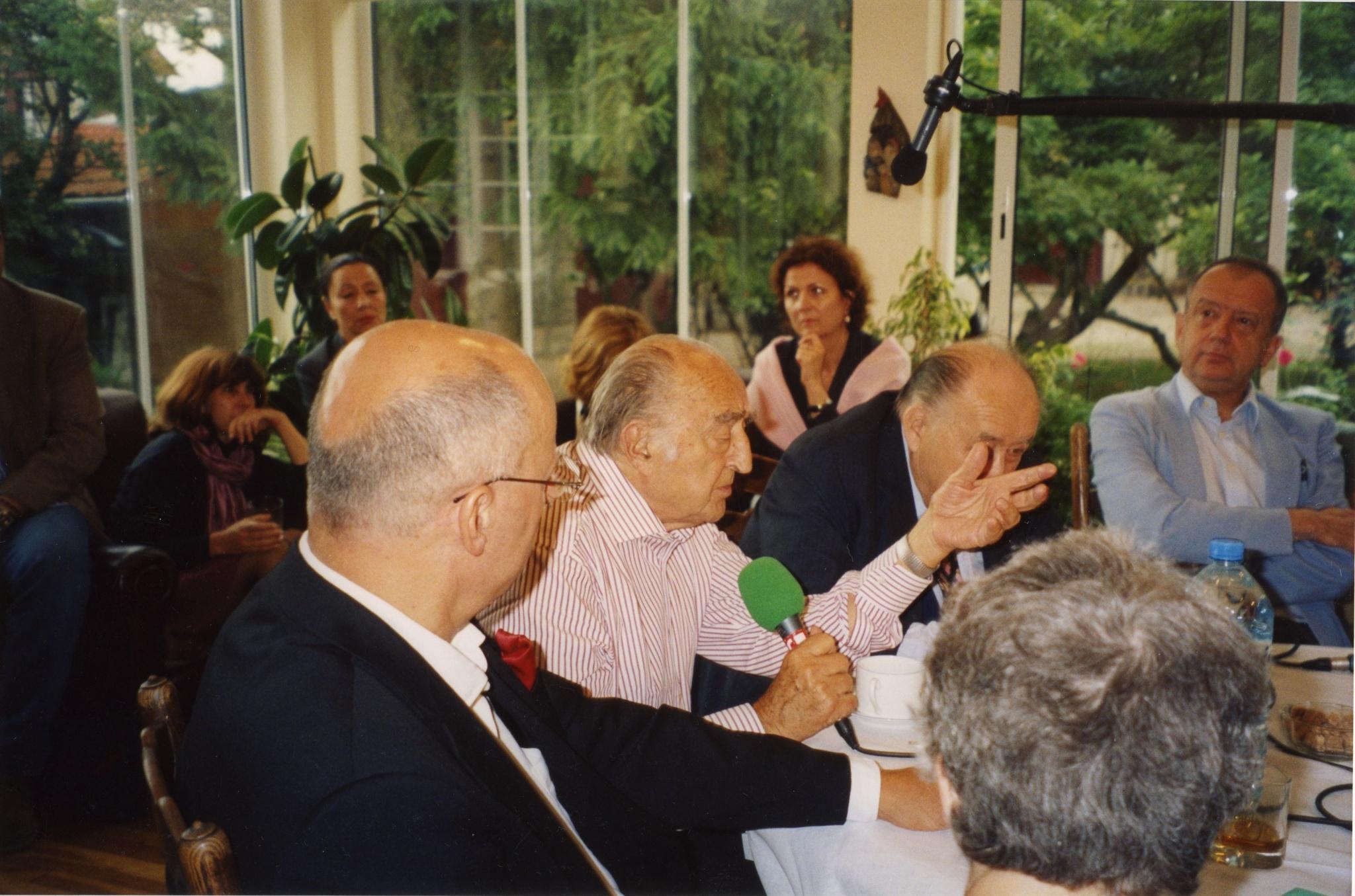 <div class='inner-box'><div class='close-desc'></div><span class='opis'>Konferencja w jardin d&#039;hiver, widoczn: Czesław Bielecki, Leopold Unger, Bohdan Osadczuk, Wojciech Karpiński.</span><div class='clearfix'></div><span>Sygn. FIL03994</span><div class='clearfix'></div><span>&copy; Instytut Literacki</span></div>