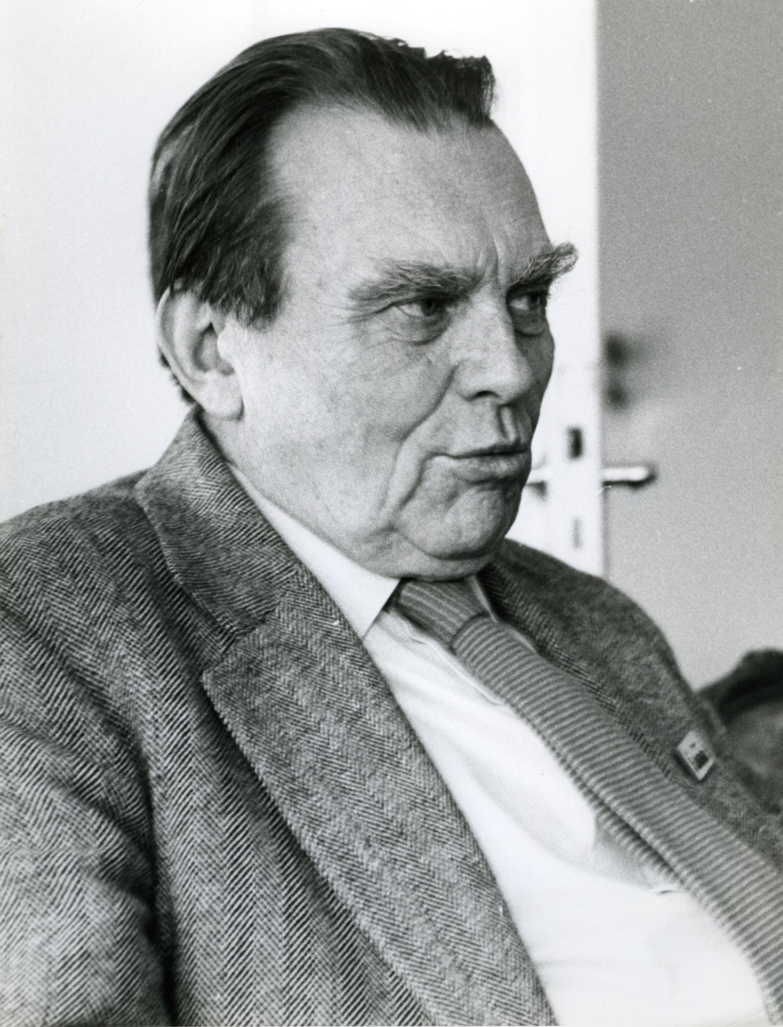 <div class='inner-box'><div class='close-desc'></div><span class='opis'>Czesław Miłosz ze znaczkiem &quot;Solidarności&quot; w klapie. Sztokholm, 1980</span><div class='clearfix'></div><span>Sygn. FIL00855</span><div class='clearfix'></div><span class='autor'>fot. Tomasz Abramowicz</span><div class='clearfix'></div><span>&copy;Tomasz Abramowicz</span></div>