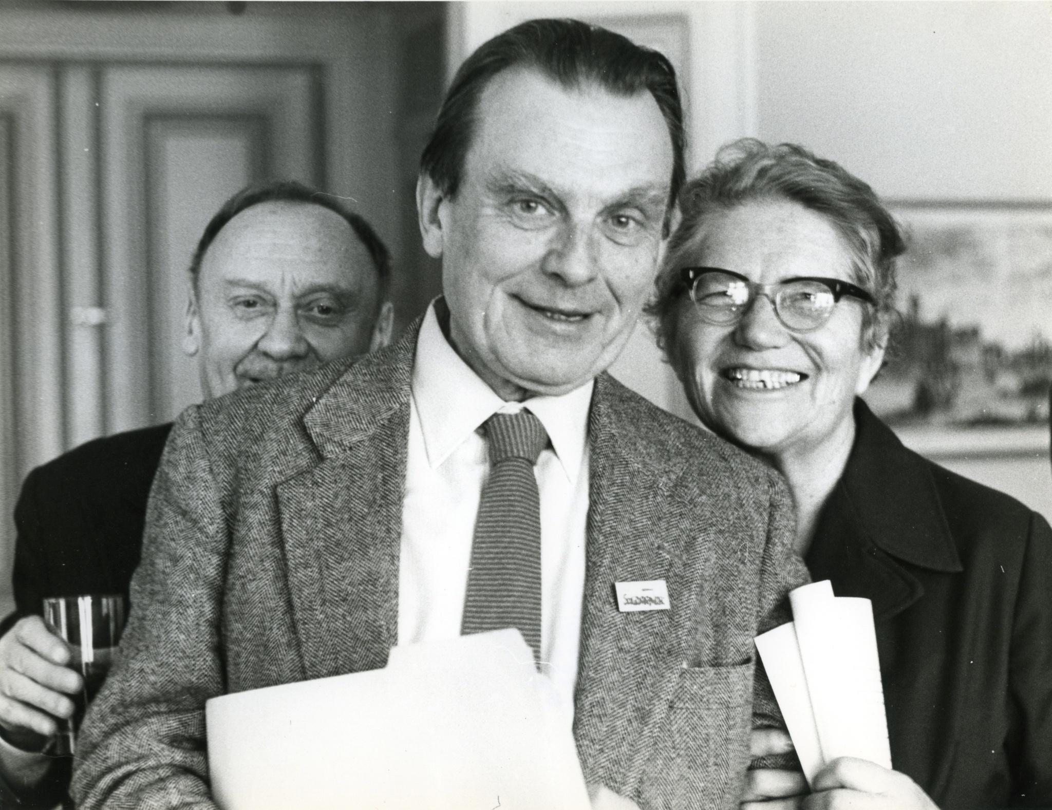 <div class='inner-box'><div class='close-desc'></div><span class='opis'>Czesław Miłosz ze znaczkiem &bdquo;Solidarności&rdquo; w klapie, za nim Stefan Kisielewski i Irena Sławińska, Sztokholm, 1980 r.</span><div class='clearfix'></div><span>Sygn. FIL00854</span><div class='clearfix'></div><span class='autor'>fot. Tomasz Abramowicz</span><div class='clearfix'></div><span>&copy;Tomasz Abramowicz</span></div>