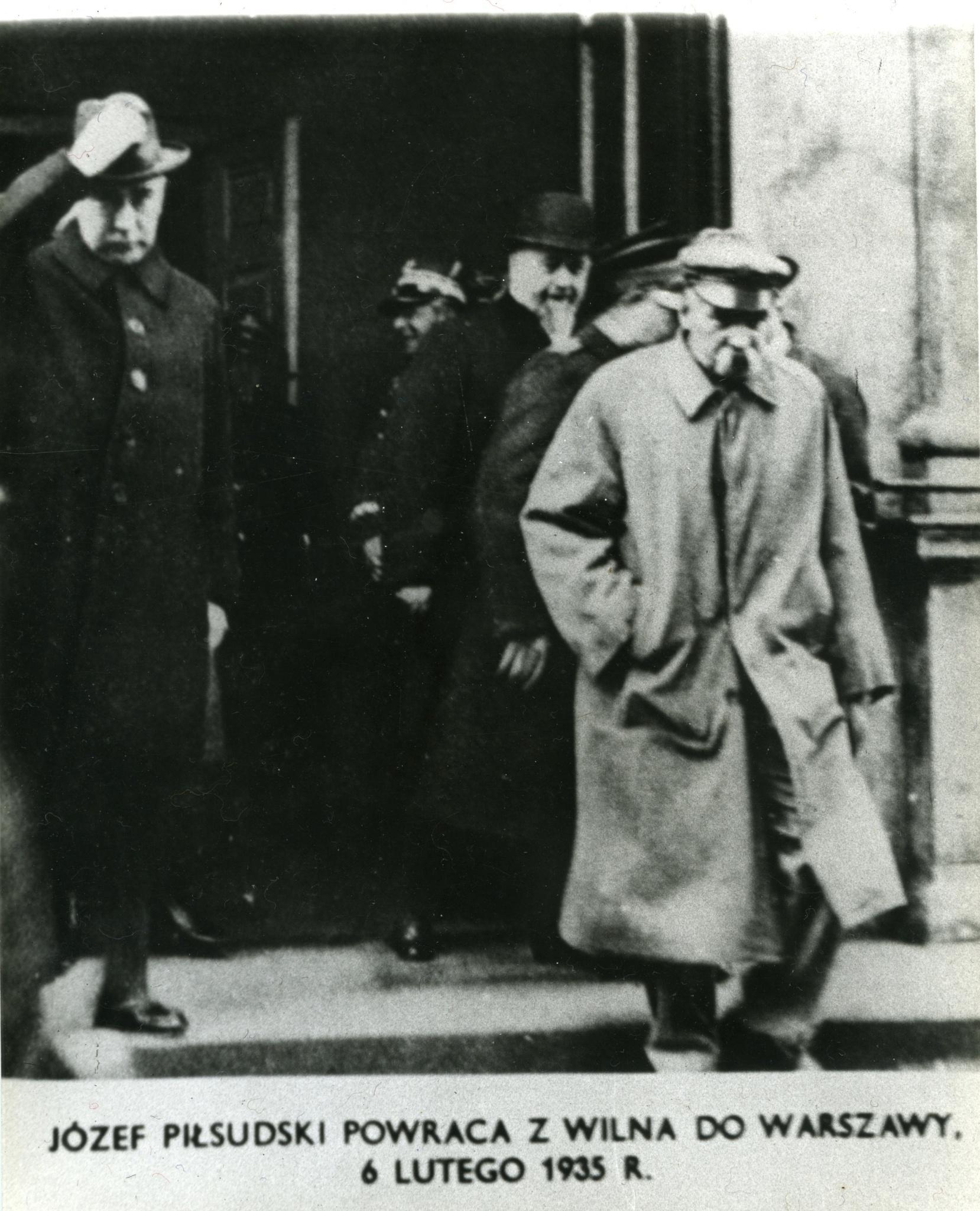 <div class='inner-box'><div class='close-desc'></div><span class='opis'>J&oacute;zef Piłsudski wraca z Wilna do Warszawy. 6 lutego 1935</span><div class='clearfix'></div><span>Sygn. FIL03174</span><div class='clearfix'></div><span>&copy; Instytut Literacki</span></div>