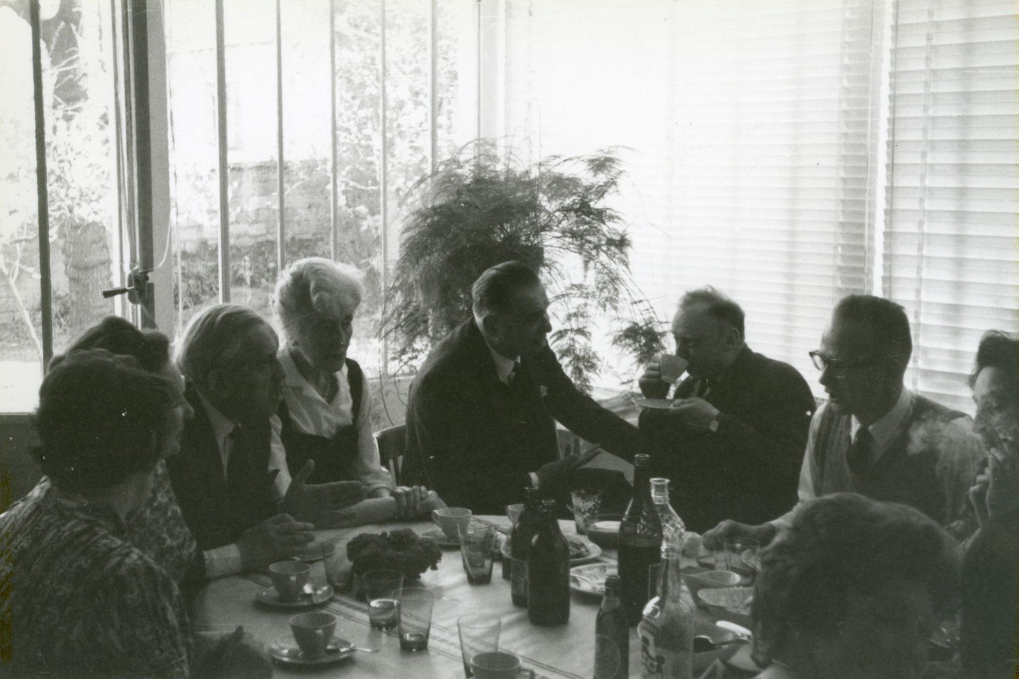 <div class='inner-box'><div class='close-desc'></div><span class='opis'>Wielkanoc w 1962 r. w domu Kultury. Przy stole siedzą: Aleksander Wat, Maria Czapska, Wacław Zbyszewski, Stefan Kisielewski, Jerzy Andrzejewski, Zofia Hertz, Róża Łubieńska.</span><div class='clearfix'></div><span>Шифр  FIL02306</span><div class='clearfix'></div><span class='autor'>фот.  Хенрик Гедройц</span><div class='clearfix'></div><span>©Хенрик Гедройц</span></div>