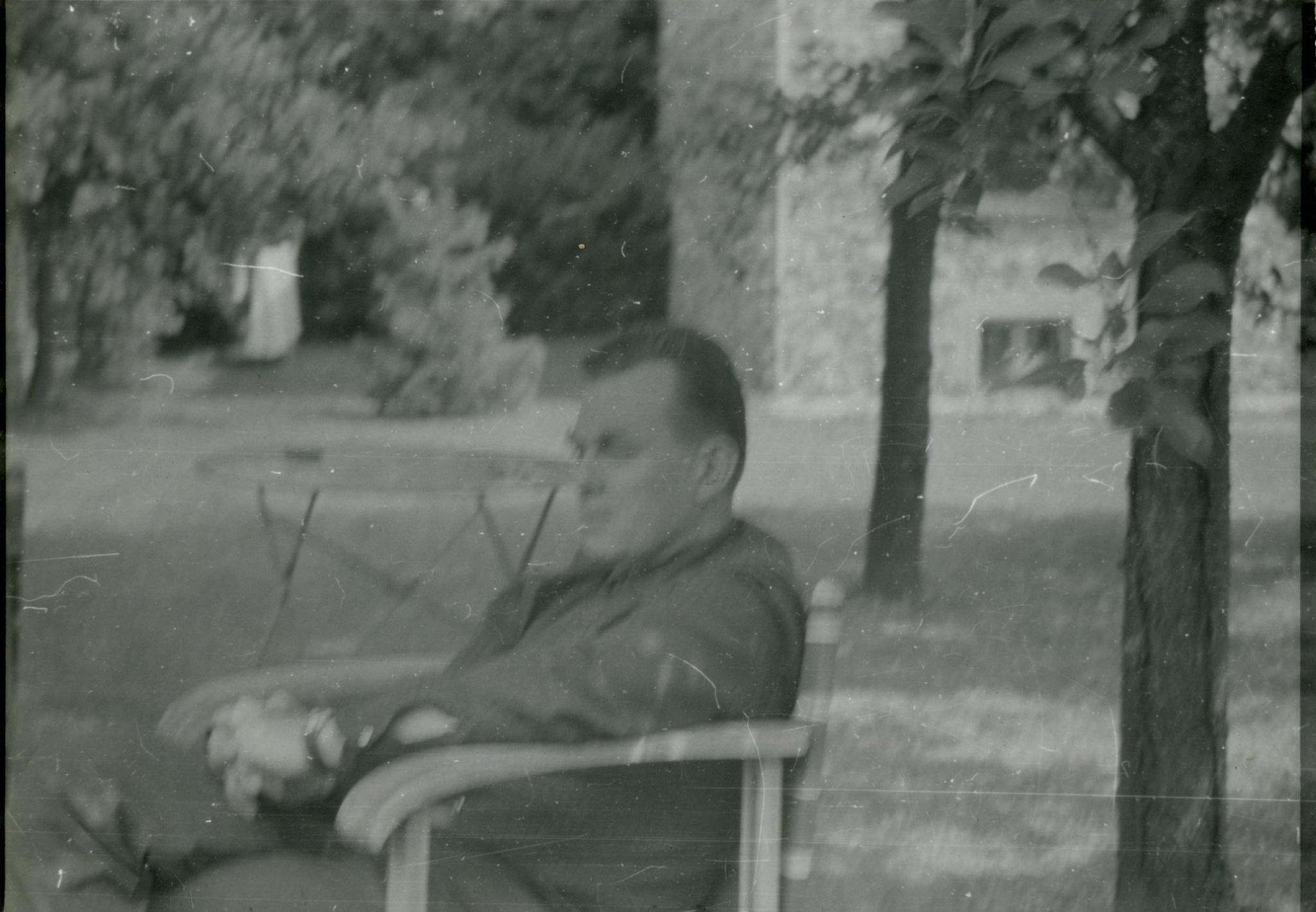 <div class='inner-box'><div class='close-desc'></div>  <span class='opis'>Czesław Miłosz w ogrodzie siedzi na krześle pod drzewem.</span>   </div>