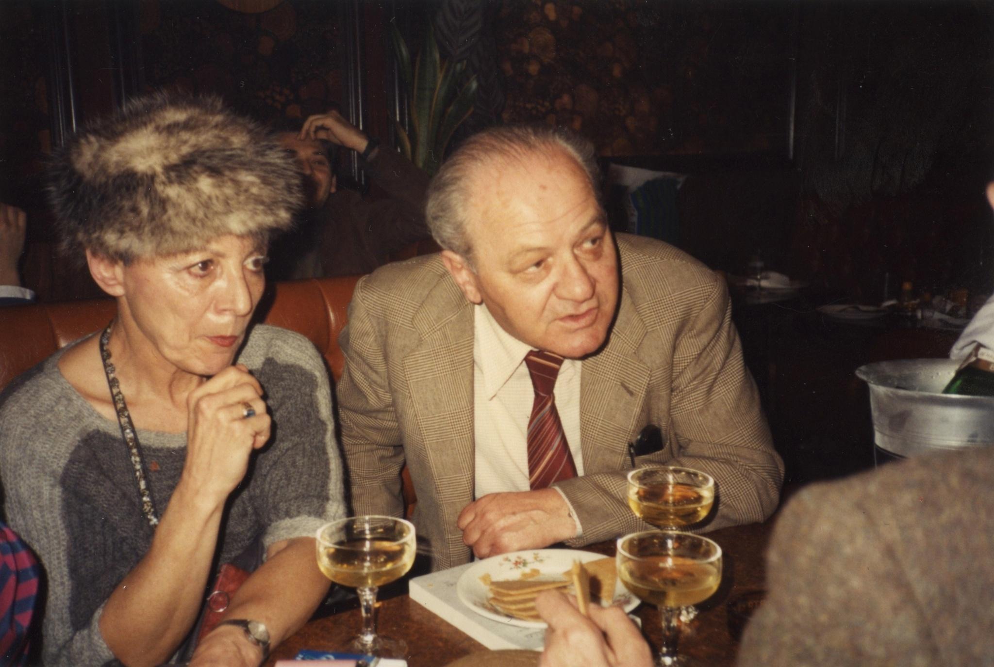 <div class='inner-box'><div class='close-desc'></div><span class='opis'>Olga Scherer i Gustaw Herling-Grudziński w kawiarni. Paryż (zdjęcie z lat 1980-90)</span><div class='clearfix'></div><span>Sygn. FIL00697</span><div class='clearfix'></div><span>&copy; Instytut Literacki</span></div>
