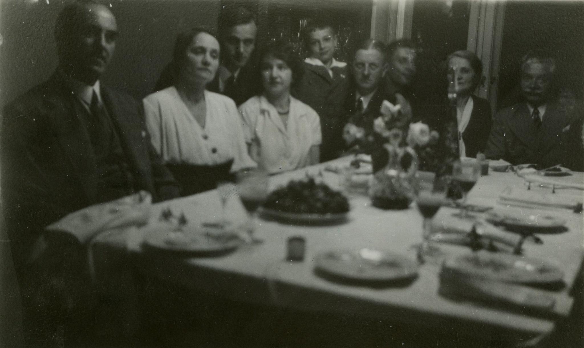 <div class='inner-box'><div class='close-desc'></div><span class='opis'>Rodzina Giedroyciów w 1933 r. Widoczni: wuj Varin, Franciszka Giedroyć, Zygmunt Giedroyć, Janina Starzycka, Henryk Giedroyc, Henryk Gisges-Gawroński, NN, NN, Ignacy Giedroyć.</span><div class='clearfix'></div><span>Cote du document FIL04929</span><div class='clearfix'></div><span>© Instytut Literacki</span></div>