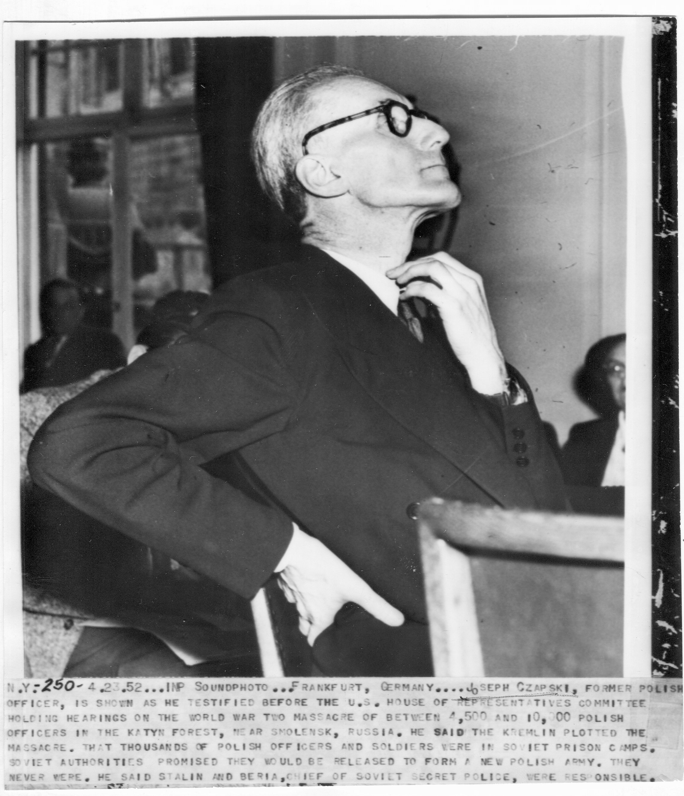 <div class='inner-box'><div class='close-desc'></div>  <span class='opis'>Frankfurt 23 kwietnia 1952 r. Józef Czapski zeznaje przed Specjalną Komisją Śledczą Kongresu Stanów Zjednoczonych do Zbadania Zbrodni Katyńskiej. Fotografia agencji CPA (istniała w latach 1910-1971).</span>   </div>