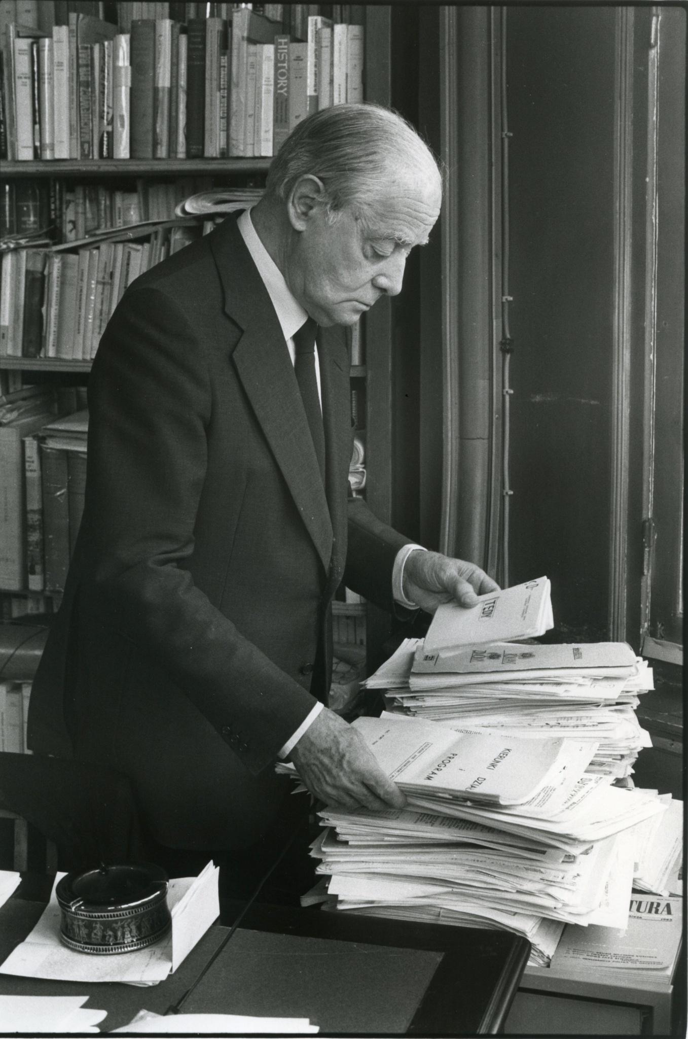 <div class='inner-box'><div class='close-desc'></div>  <span class='opis'>Jerzy Giedroyc podczas robienia korekty. Maisons-Laffitte, 1986.</span>  <div class='clearfix'></div><div class='clearfix'></div><span class='autor'>fot. Bolesław Edelhajt</span>  </div>