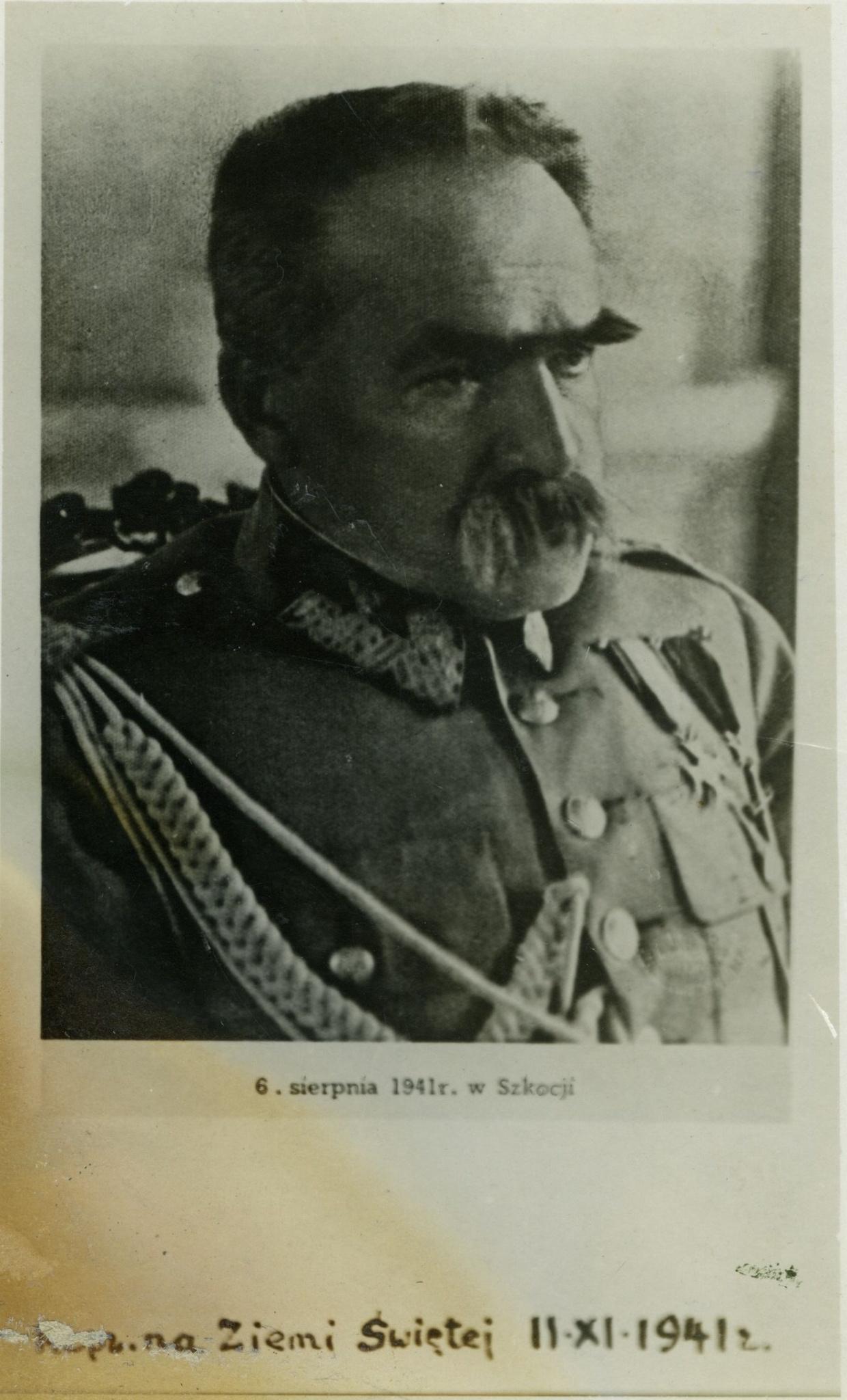 <div class='inner-box'><div class='close-desc'></div><span class='opis'>Józef Piłsudski - portret w ujęciu popiersiowym (podpis odręczny: … na Ziemi Świętej 11 XI 1941 r.)</span><div class='clearfix'></div><span>Cote du document FIL03143</span><div class='clearfix'></div><span>© Instytut Literacki</span></div>
