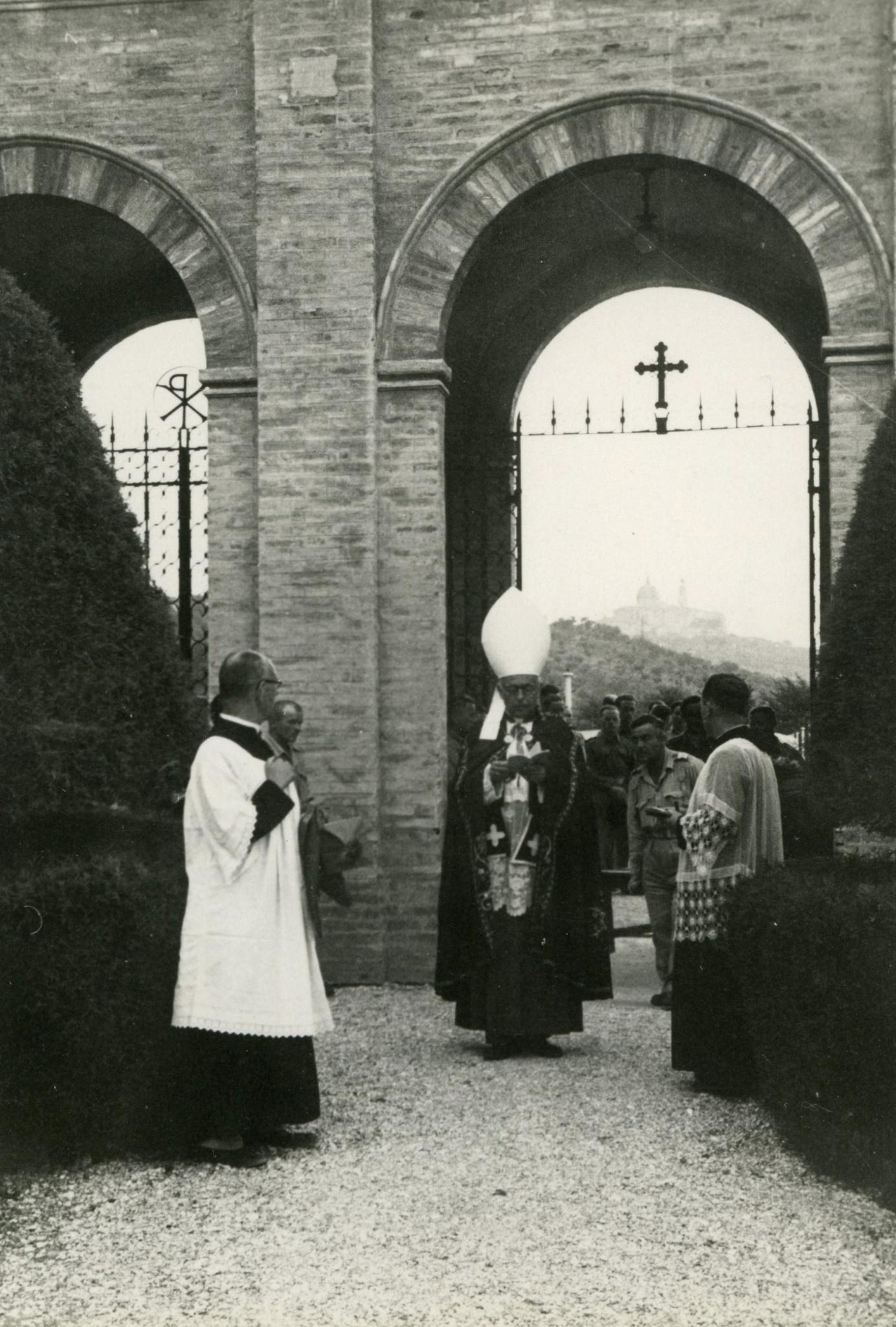 <div class='inner-box'><div class='close-desc'></div><span class='opis'>Ks. biskup Gawlina podczas pogrzebu Adolfa Bocheńskiego, Loreto, 1944.</span><div class='clearfix'></div><span>Archive ref. FIL00102</span><div class='clearfix'></div><span>© Instytut Literacki</span></div>