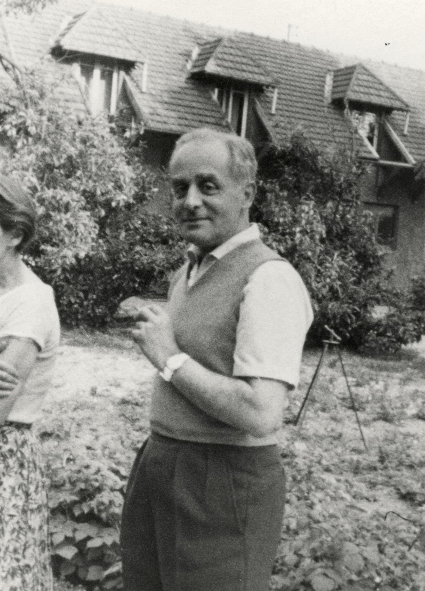 <div class='inner-box'><div class='close-desc'></div>  <span class='opis'>Jerzy Giedroyc. Maisons-Laffitte, zdjęcie z lat 1950-60</span>   </div>
