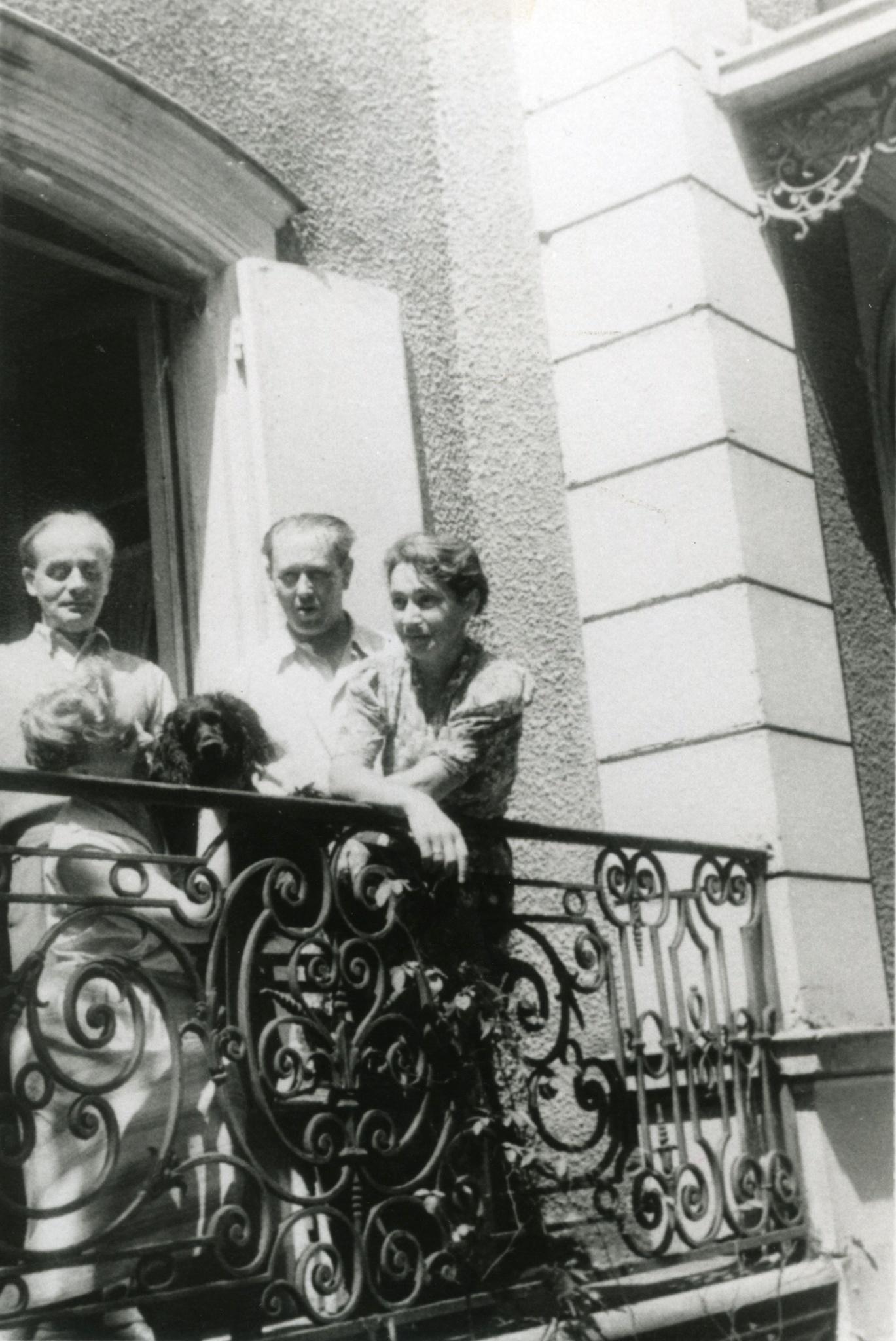 <div class='inner-box'><div class='close-desc'></div><span class='opis'>Jerzy Giedroyc, Maria Czapska (siedzi), Zygmunt Hertz i Zofia Hertz. Na balkonie domu przy av.Corneille. Maisons-Laffitte 1952 r.</span><div class='clearfix'></div><span>Sygn. FIL00295</span><div class='clearfix'></div><span class='autor'>fot. Henryk Giedroyc</span><div class='clearfix'></div><span>&copy;Henryk Giedroyc</span></div>