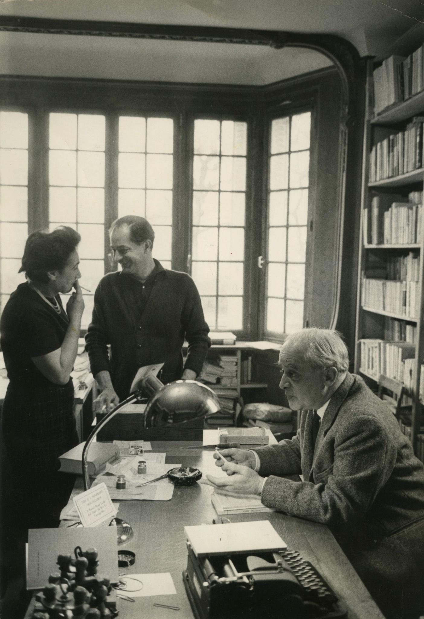 <div class='inner-box'><div class='close-desc'></div>  <span class='opis'>Pokój Henryka Giedroycia. Zofia Hertz, Henryk Giedroyc, Jerzy Giedroyc. Maisons-Laffitte, 1965</span>   </div>