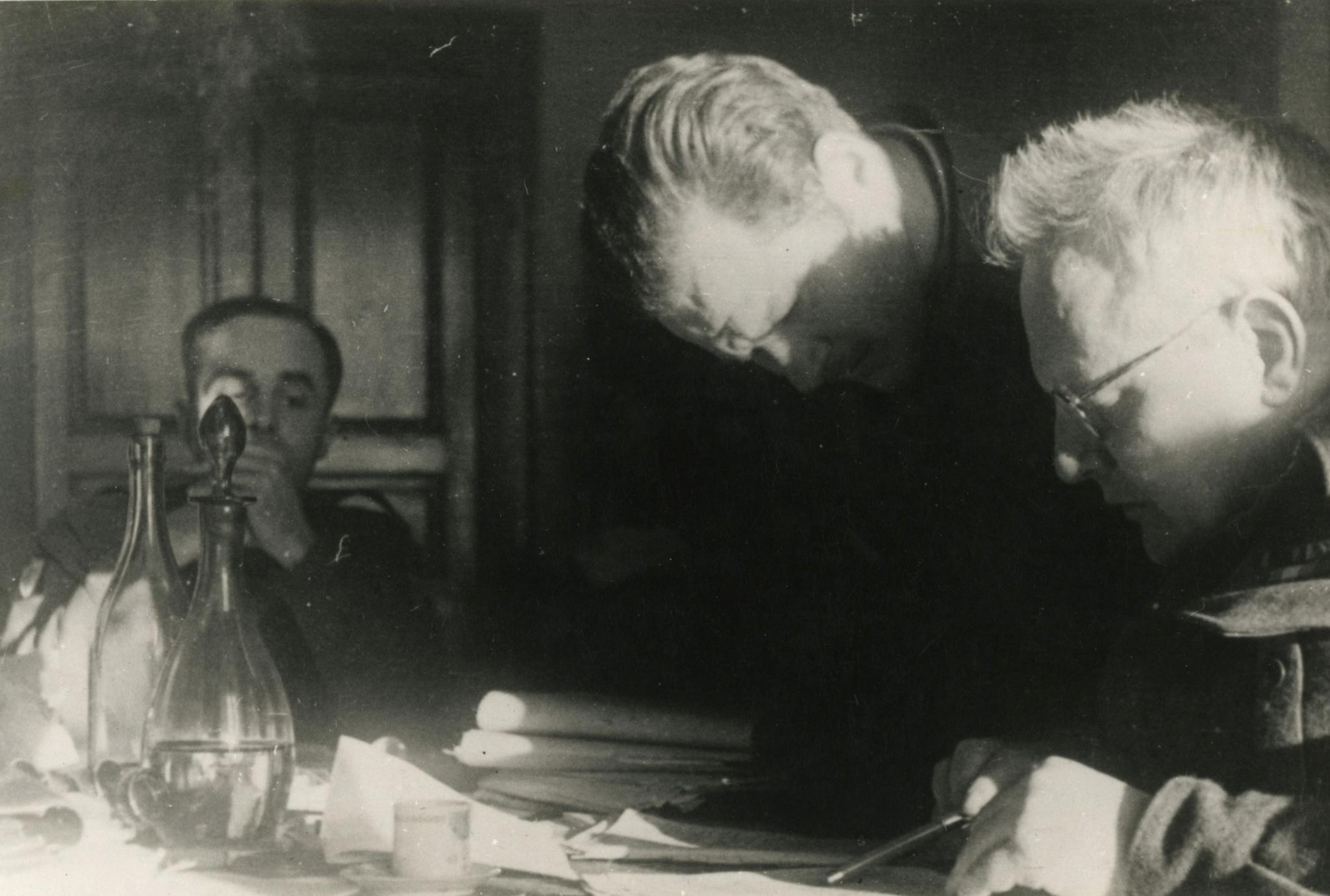 <div class='inner-box'><div class='close-desc'></div><span class='opis'>Jerzy Giedroyc, Gustaw Herling-Grudziński i Melchior Wańkowicz, Rzym 1945 r.</span><div class='clearfix'></div><span>Sygn. FIL00275</span><div class='clearfix'></div><span>© Instytut Literacki</span></div>