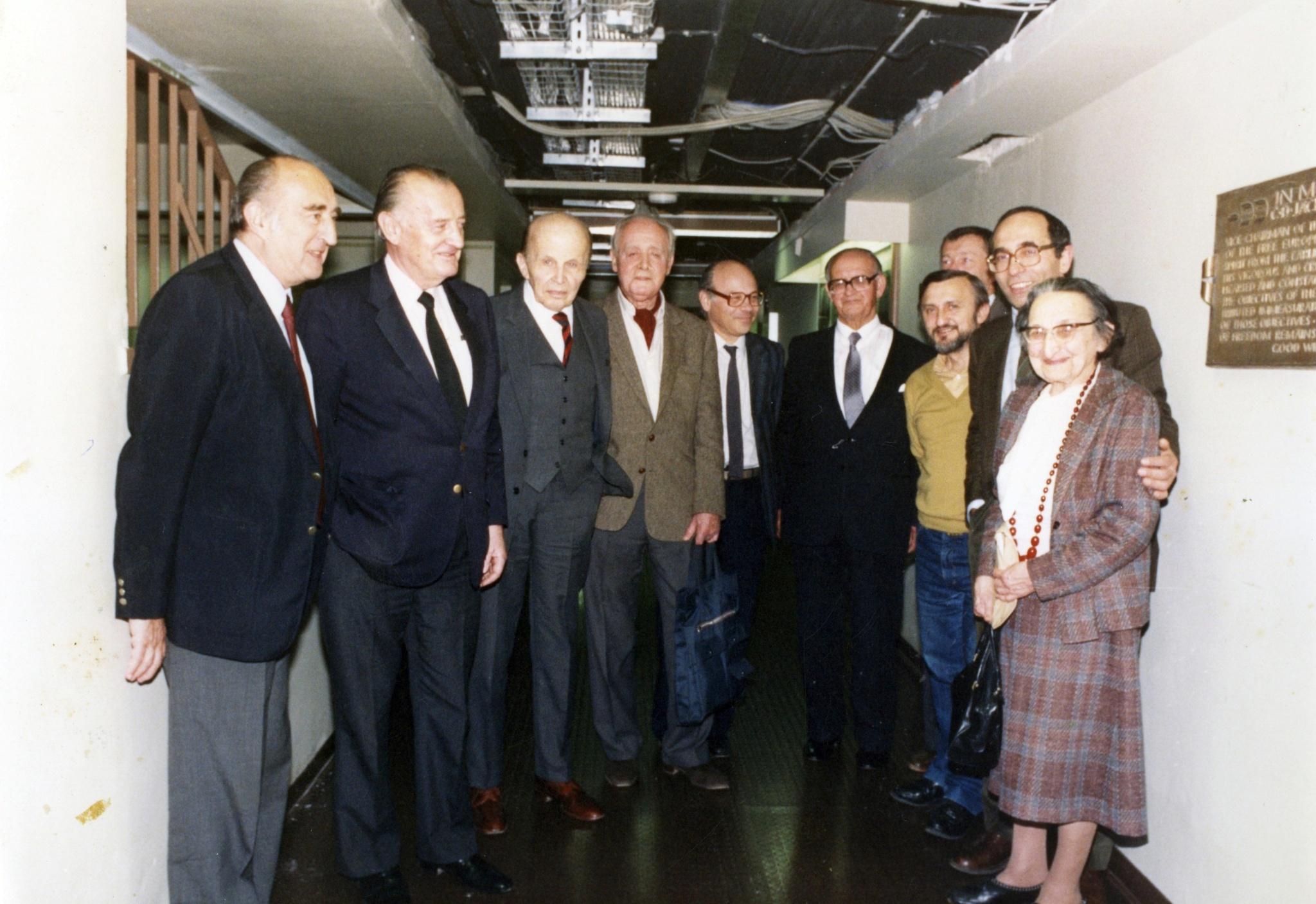<div class='inner-box'><div class='close-desc'></div><span class='opis'>Radio Wolna Europa w Monachium. Leopold Unger, Bolesław Wierzbiański, Rowmund Piłsudski, Jerzy Giedroyc, Krzysztof Pomian, Kazimierz Sabbat, Waldemar Kuczyński, Jakub Karpiński, Aleksander Smolar, Lidia Ciołkoszowa. Monachium, 1987</span><div class='clearfix'></div><span>Sygn. FIL00491</span><div class='clearfix'></div><span>© Instytut Literacki</span></div>