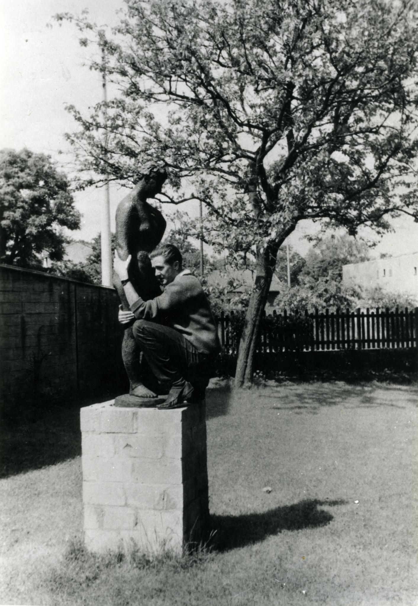 """<div class='inner-box'><div class='close-desc'></div><span class='opis'>Marek Hłasko i """"Wenus"""" Augusta Zamoyskiego. Rzeźba powstała w 1935 r. w Paryżu i była własnością artysty, a po jego śmierci, czwartej żony - Helene Zamoyskiej, W latach 2009-2019 należała do Peltier & Association. W 2019 r. """"Wenus"""" kupiło Muzeum Narodowe w Warszawie. Do rzeźby pozowała Rumunka, studentka Sorbony, wieloletnia modelka Zamoyskiego i Andre Deraina. Artysta nadał rzeźbie rysy twarzy swej drugiej żony - Manety Radwan. """"Wenus"""" (brąz, odlew na wosk tracony) stała przez krótki czas (w 1958 r.) w ogrodzie domu Instytutu Literackiego (na fot.). Rzeźbiarz miał nadzieję, że dzięki ekspozycji blisko Paryża, uda się ją sprzedać.</span><div class='clearfix'></div><span>Sygn. FIL00417</span><div class='clearfix'></div><span class='autor'>fot. Zygmunt Hertz</span><div class='clearfix'></div><span>©Zygmunt Hertz</span></div>"""