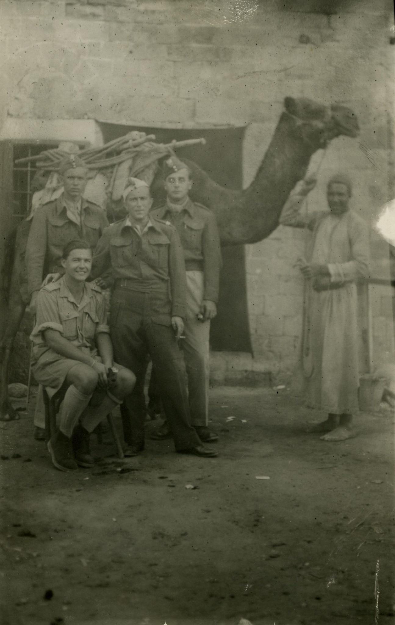 <div class='inner-box'><div class='close-desc'></div><span class='opis'><p>Jerzy Giedroyc (czwarty od lewej) z nierozpoznanymi towarzyszami w Gazali (Ajn al-Ghazala) we wschodniej Libii.&nbsp;Prawdopodobnie 24 października 1942 r. fot. N.N. patrz też dedykacje na rewersie - sygn. fil00073b.jpg</p></span><div class='clearfix'></div><span>Cote du document FIL00073</span><div class='clearfix'></div><span>© Instytut Literacki</span></div>