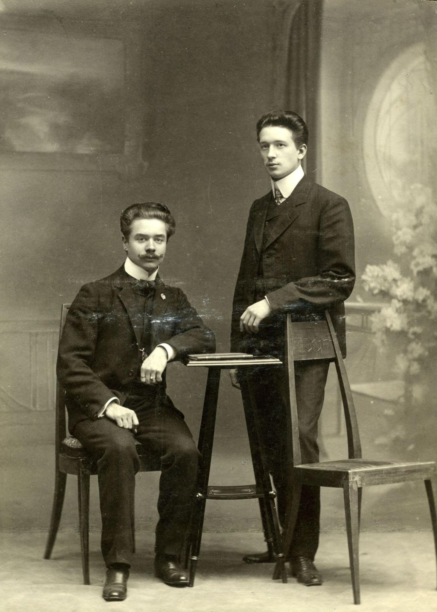 <div class='inner-box'><div class='close-desc'></div><span class='opis'>Ignacy Giedroyć. Moskwa, zdjęcie z lat 1900-1920</span><div class='clearfix'></div><span>Sygn. FIL03435</span><div class='clearfix'></div><span>© Instytut Literacki</span></div>