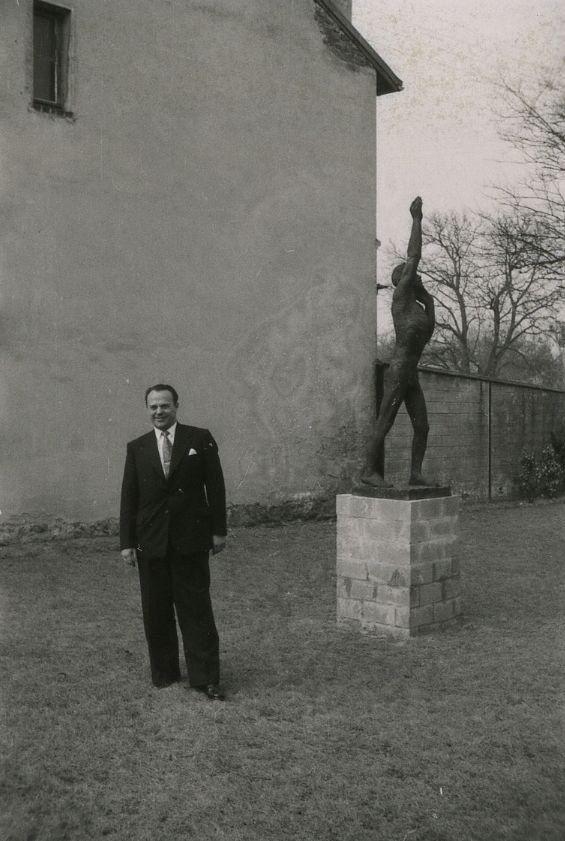 <div class='inner-box'><div class='close-desc'></div><span class='opis'><p>Jan Ulatowski&nbsp;obok rzeźby św. Jan Chrzciciel, autorstwa Augusta Zamoyskiego. Ogr&oacute;d domu Instytutu Literackiego. Rzeźba (brąz) powstała w latach 1950-1953 w Rio de Janeiro. Była własnością artysty, a po jego śmierci, żony - Helene Zamoyskiej, W latach 2009-2019 należała do Peltier &amp; Association. W 2019 r. Św. Jana Chrzciciela kupiło Muzeum Narodowe w Warszawie. Pomysł posągu powstał w 1948 lub w 1949 r. w Nowym Jorku. Zamoyski rzeźbił bez modela, za wz&oacute;r obierając części swego ciała. Rzeźba stała przez kr&oacute;tki czas, w 1956 r. w ogrodzie domu Instytutu Literackiego, rzeźbiarz miał nadzieję, że dzięki ekspozycji blisko Paryża, uda się ją sprzedać.</p></span><div class='clearfix'></div><span>Sygn. FIL06010</span><div class='clearfix'></div><span class='autor'>fot. Henryk Giedroyc</span><div class='clearfix'></div><span>©Henryk Giedroyc</span></div>