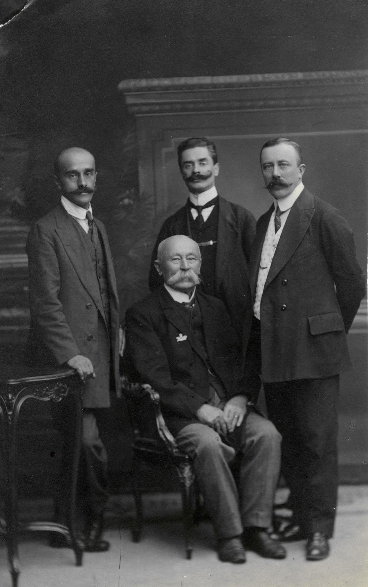 <div class='inner-box'><div class='close-desc'></div><span class='opis'>Ignacy Giedroyć (stoi w środku) - ojciec Jerzego Giedroycia, w towarzystwie trzech mężczyzn. zdjęcie z lat 1900-1920</span><div class='clearfix'></div><span>Sygn. FIL03456</span><div class='clearfix'></div><span>&copy; Instytut Literacki</span></div>