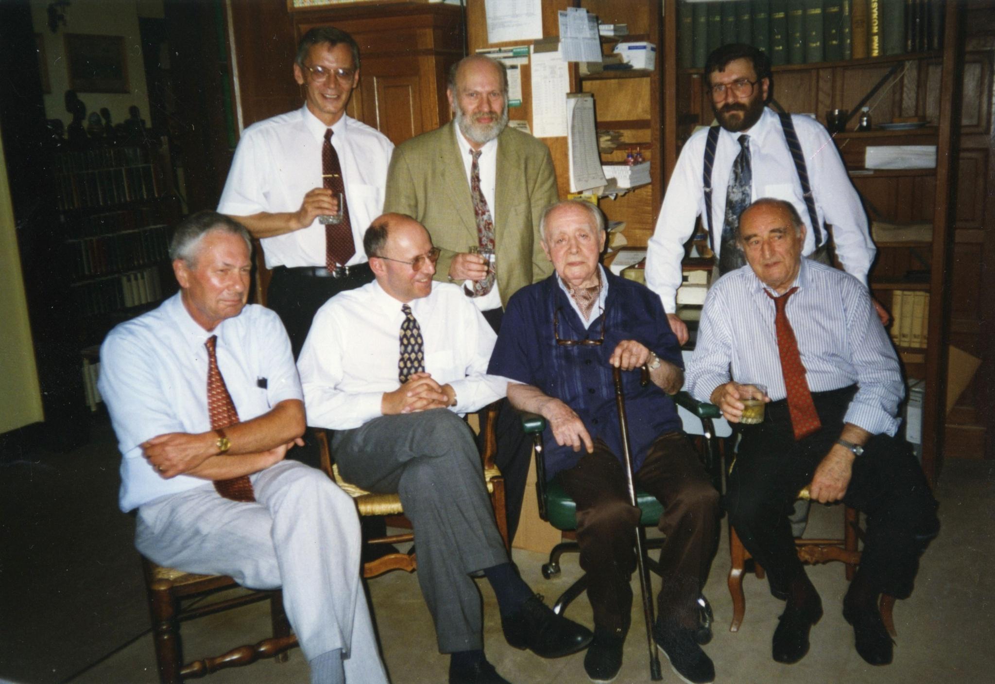 <div class='inner-box'><div class='close-desc'></div><span class='opis'><p>90. urodziny Redaktora. Od lewej siedzą: Wojciech Skalmowski, Czesław Bielecki, Jerzy Giedroyc i Leopold Unger; od lewej stoją: Marek Krawczyk, Ludwik Lewin i Marek Karp.</p></span><div class='clearfix'></div><span>Sygn. FIL01432</span><div class='clearfix'></div><span>© Instytut Literacki</span></div>