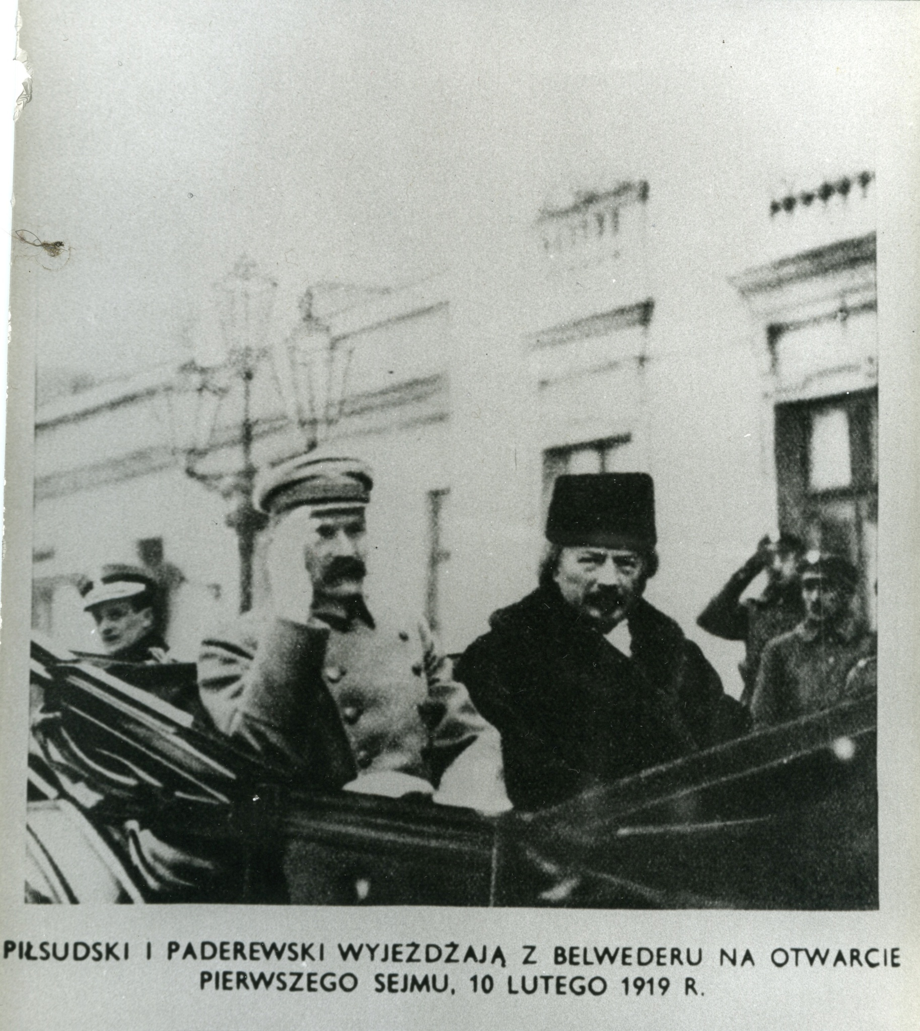 <div class='inner-box'><div class='close-desc'></div><span class='opis'>Józef Piłsudski i Ignacy Paderewski wyjeżdżają z Belwederu na otwarcie pierwszego Sejmu.</span><div class='clearfix'></div><span>Cote du document FIL03169</span><div class='clearfix'></div><span>© Instytut Literacki</span></div>