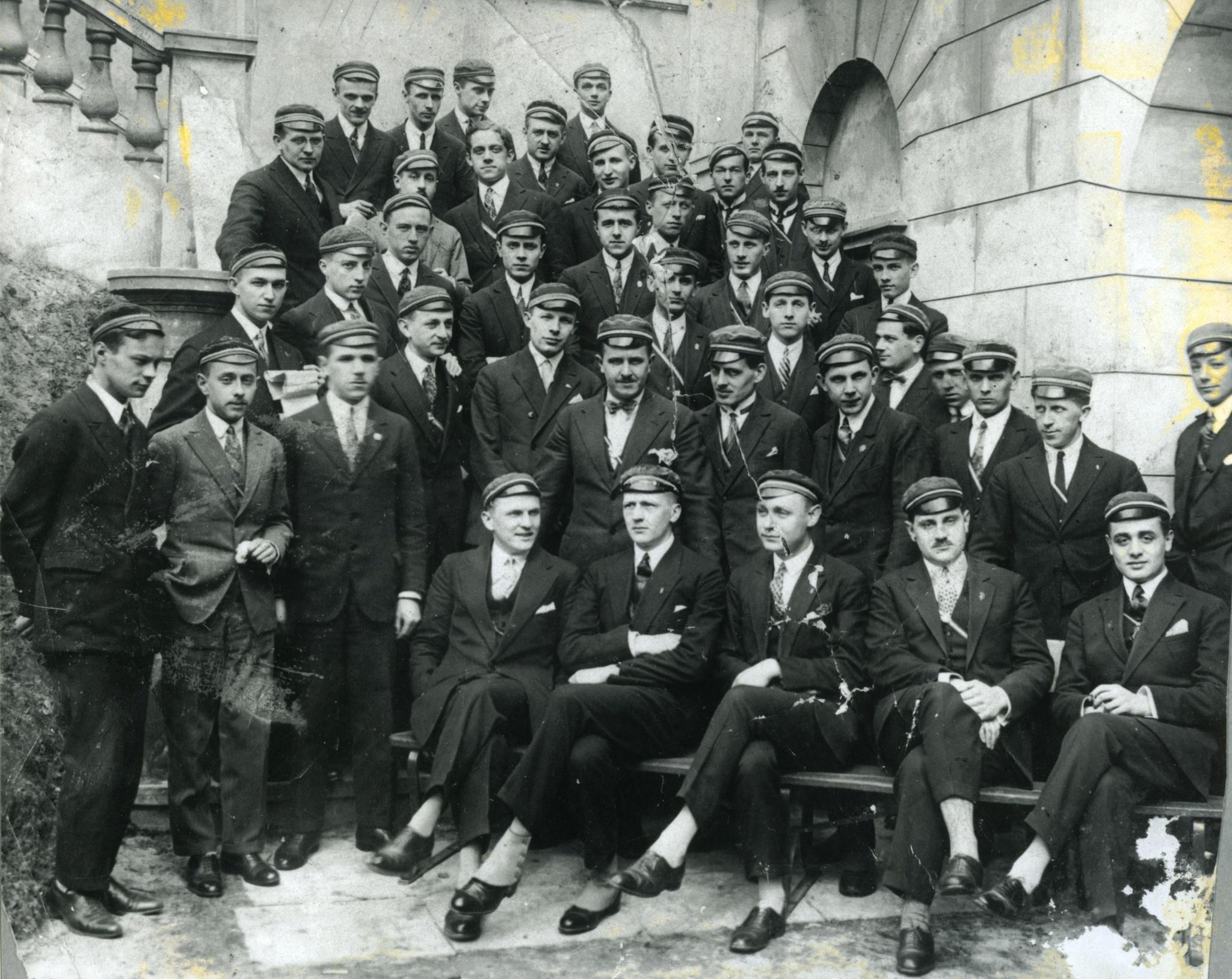 <div class='inner-box'><div class='close-desc'></div><span class='opis'>Członkowie Korporacji Patria. Jerzy Giedroyc (siedzi w I rzędzie, pierwszy od prawej). Oprócz niego na zdjęciu m.in. Jan Pożaryski i Czesław Gilewicz, zdjęcie z lat 1920-30.</span><div class='clearfix'></div><span>Archive ref. FIL00115</span><div class='clearfix'></div><span>© Instytut Literacki</span></div>