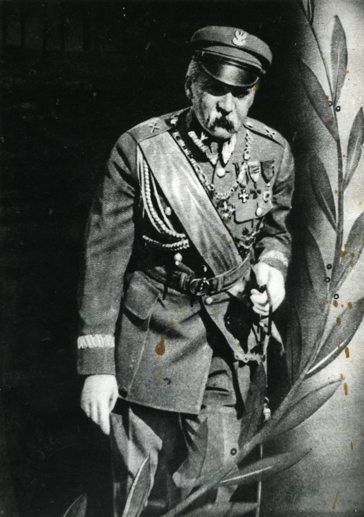 <div class='inner-box'><div class='close-desc'></div><span class='opis'>J&oacute;zef Piłsudski. Rumunia, 1928</span><div class='clearfix'></div><span>Sygn. FIL03159</span><div class='clearfix'></div><span>&copy; Instytut Literacki</span></div>