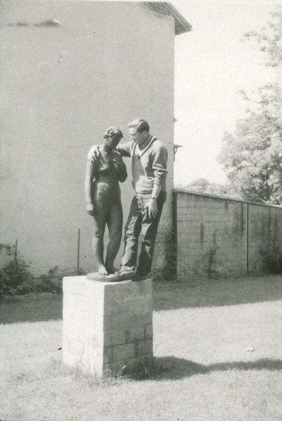 """<div class='inner-box'><div class='close-desc'></div><span class='opis'>Marek Hłasko i """"Wenus"""" Augusta Zamoyskiego. Rzeźba powstała w 1935 r. w Paryżu i była własnością artysty, a po jego śmierci, czwartej żony - Helene Zamoyskiej, W latach 2009-2019 należała do Peltier & Association. W 2019 r. """"Wenus"""" kupiło Muzeum Narodowe w Warszawie. Do rzeźby pozowała Rumunka, studentka Sorbony, wieloletnia modelka Zamoyskiego i Andre Deraina. Artysta nadał rzeźbie rysy twarzy swej drugiej żony - Manety Radwan. """"Wenus"""" (brąz, odlew na wosk tracony) stała przez krótki czas (w 1958 r.) w ogrodzie domu Instytutu Literackiego (na fot.). Rzeźbiarz miał nadzieję, że dzięki ekspozycji blisko Paryża, uda się ją sprzedać.</span><div class='clearfix'></div><span>Шифр FIL05522</span><div class='clearfix'></div><span class='autor'>фот. Генрик  Ґедройць</span><div class='clearfix'></div><span>©Генрик  Ґедройць</span></div>"""