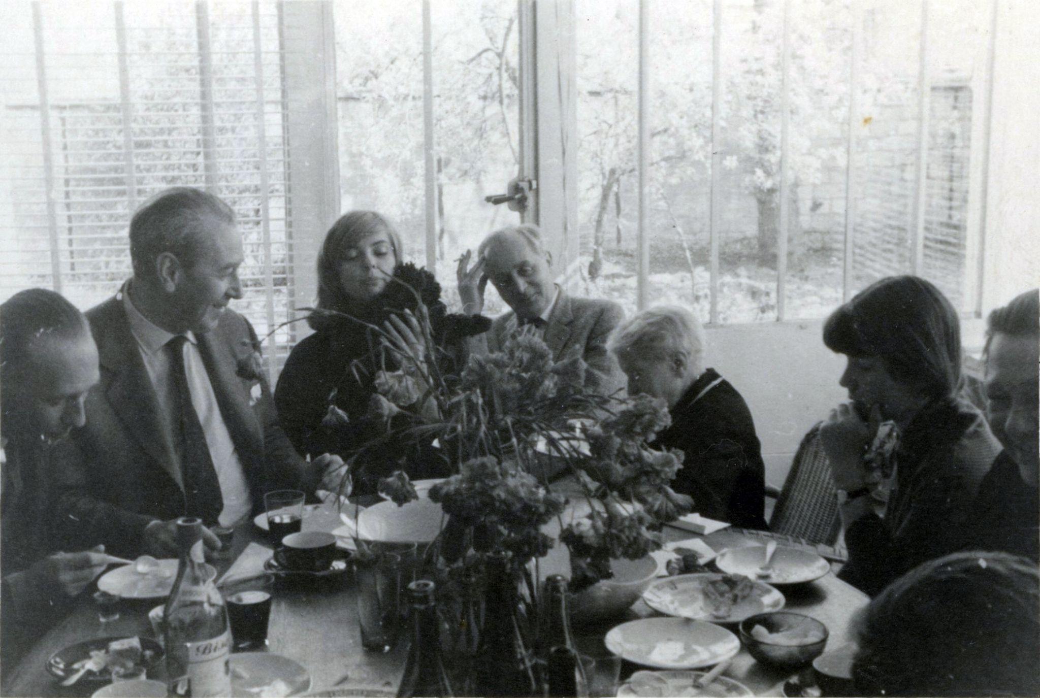 <div class='inner-box'><div class='close-desc'></div><span class='opis'>Wielkanoc 1960 w Maisons-Laffitte. Przy stole: Juliusz Żuławski, Zygmunt Hertz, Barbara Kwiatkowska, Jerzy Giedroyc, Maria Dąbrowska, Tula Kowalska, Anna Kowalska</span><div class='clearfix'></div><span>Sygn. FIL00222</span><div class='clearfix'></div><span class='autor'>fot. Henryk Giedroyc</span><div class='clearfix'></div><span>&copy;Henryk Giedroyc</span></div>