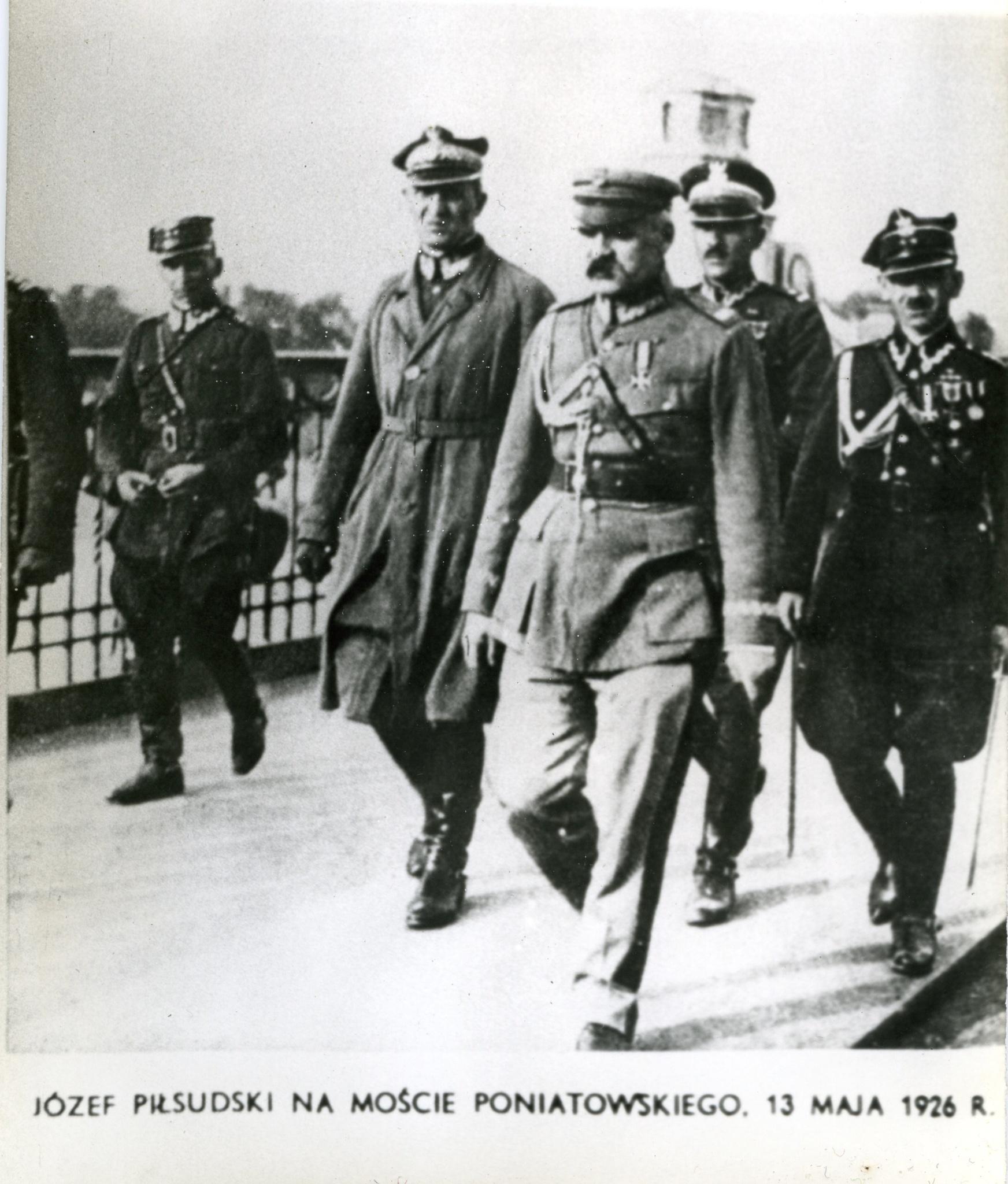 <div class='inner-box'><div class='close-desc'></div><span class='opis'>J&oacute;zef Piłsudski na Moście Poniatowskiego w Warszawie. 13 maja 1926</span><div class='clearfix'></div><span>Sygn. FIL03172</span><div class='clearfix'></div><span>&copy; Instytut Literacki</span></div>