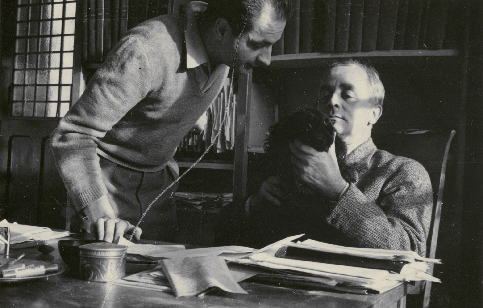 <div class='inner-box'><div class='close-desc'></div>  <span class='opis'>Henryk Giedroyc i Jerzy Giedroyc, z psem Blackiem. Maisons-Laffitte, 1955.</span>   </div>