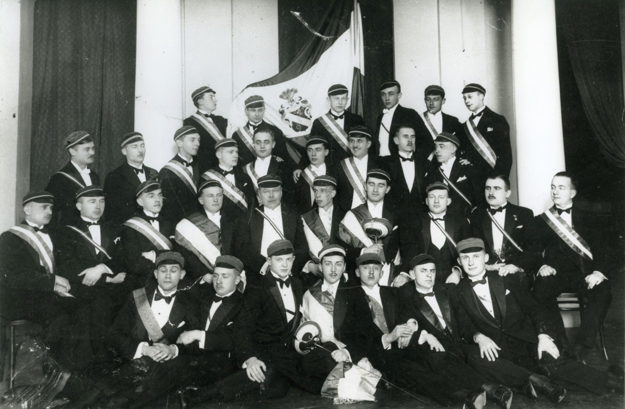 <div class='inner-box'><div class='close-desc'></div><span class='opis'>VII Komers Korporacji Patria. Jerzy Giedroyc (w III rzędzie, piąty od lewej, bez czapki), oprócz niego na zdjęciu m.in. Jan Jachimowicz i Tadeusz Szmitkowski. 1928</span><div class='clearfix'></div><span>Archive ref. FIL00114</span><div class='clearfix'></div><span>© Instytut Literacki</span></div>