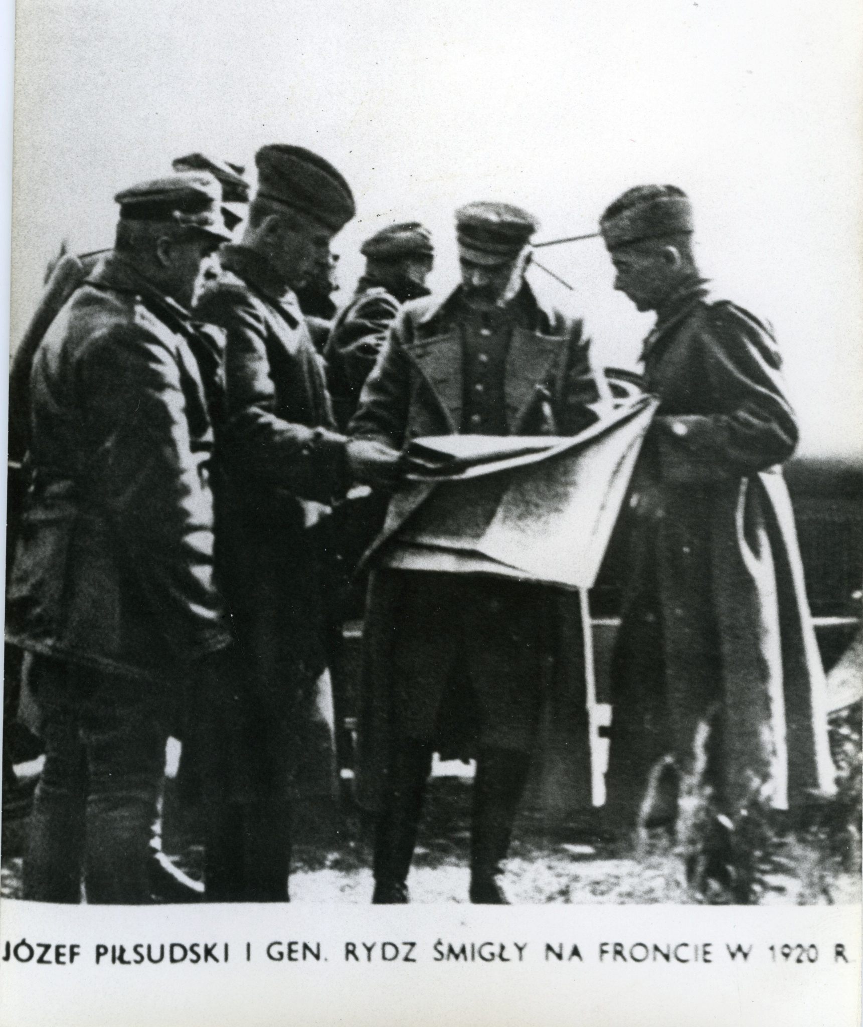 <div class='inner-box'><div class='close-desc'></div><span class='opis'>Józef Piłsudski, generał Edward Rydz Śmigły na froncie.</span><div class='clearfix'></div><span>Cote du document FIL03170</span><div class='clearfix'></div><span>© Instytut Literacki</span></div>