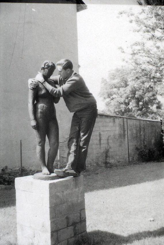 """<div class='inner-box'><div class='close-desc'></div><span class='opis'>Marek Hłasko i """"Wenus"""" Augusta Zamoyskiego. Rzeźba powstała w 1935 r. w Paryżu i była własnością artysty, a po jego śmierci, czwartej żony - Helene Zamoyskiej, W latach 2009-2019 należała do Peltier & Association. W 2019 r. """"Wenus"""" kupiło Muzeum Narodowe w Warszawie. Do rzeźby pozowała Rumunka, studentka Sorbony, wieloletnia modelka Zamoyskiego i Andre Deraina. Artysta nadał rzeźbie rysy twarzy swej drugiej żony - Manety Radwan. """"Wenus"""" (brąz, odlew na wosk tracony) stała przez krótki czas (w 1958 r.) w ogrodzie domu Instytutu Literackiego (na fot.). Rzeźbiarz miał nadzieję, że dzięki ekspozycji blisko Paryża, uda się ją sprzedać.</span><div class='clearfix'></div><span>Sygn. FIL05524</span><div class='clearfix'></div><span class='autor'>fot. Henryk Giedroyc</span><div class='clearfix'></div><span>©Henryk Giedroyc</span></div>"""